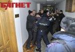 Срочно! «Беркут» и люди в гражданском в 6ч.38 мин. по приказу Тимошенко пошли на штурм ГП «ПК «Украина», печатающего бюллетени! (ФОТО)